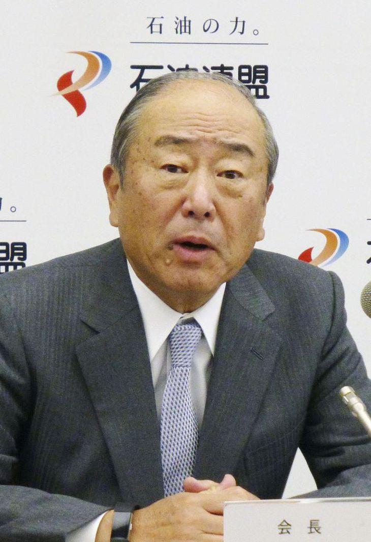 記者会見する石油連盟の月岡隆会長=19日午後、東京都内