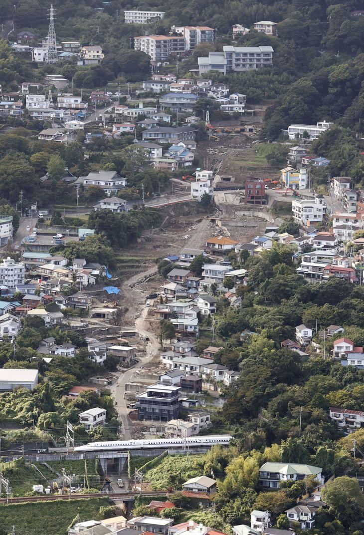 静岡県熱海市伊豆山の大規模土石流現場。下は東海道新幹線=2日