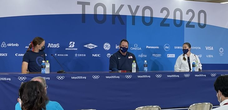 試合後の記者会見で「福島のモモ」を絶賛した米国代表のケン・エリクセン監督(中央)=22日、福島市(大渡美咲撮影)