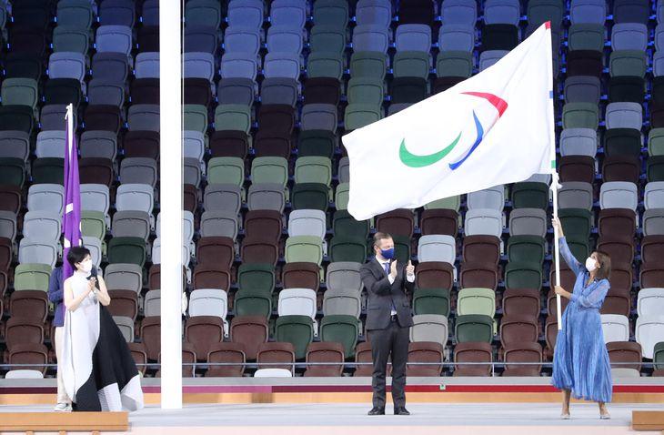 【東京パラリンピック2020】<閉会式>次の開催都市であるパリへと引き継がれるパラリンピック旗=国立競技場(鳥越瑞絵撮影)