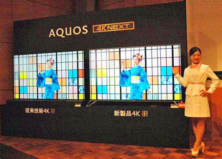 シャープが発売する4Kテレビの新製品(右)。8K並みの超高画質を実現した=21日、東京都港区(宇野貴文撮影)