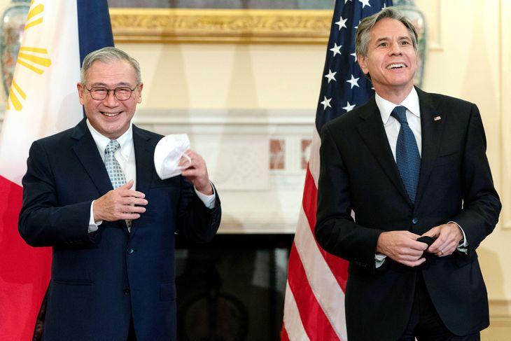 9日、米ワシントンで会談に臨むブリンケン国務長官(右)とフィリピンのロクシン外相(ロイター)