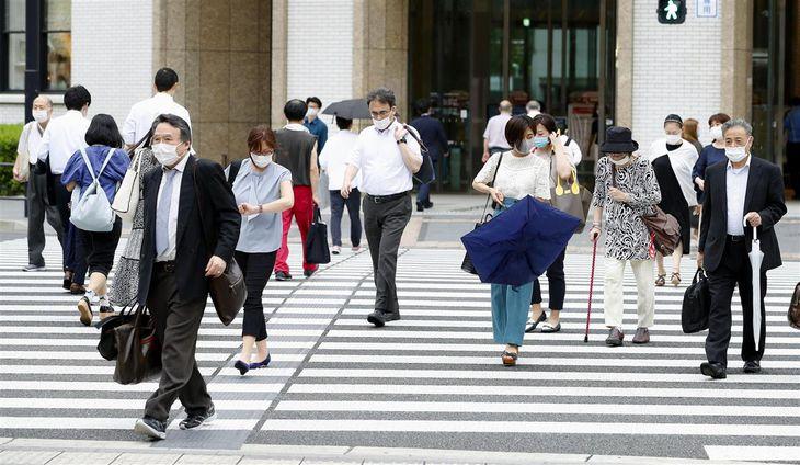 JR東京駅前を歩くマスク姿の人たち=28日午後