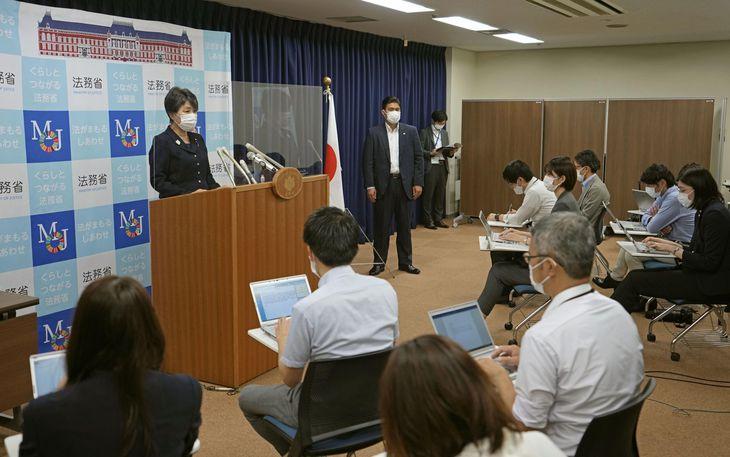 閣議後の記者会見をする上川法相(奥左)=14日午前、法務省
