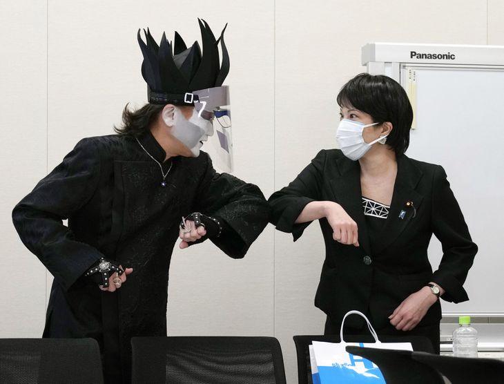 音楽業界関係者との会談で、デーモン閣下(左)と肘タッチする高市前総務相=24日午前、国会