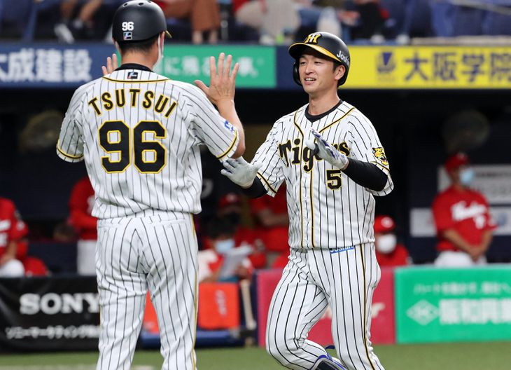 1回、先頭打者本塁打を放った阪神・近本光司=京セラドーム大阪(撮影・中島信生)