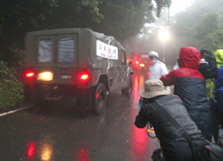 長崎県雲仙市で土砂崩れ現場の行方不明者の捜索に向かう自衛隊車両=14日午前7時9分