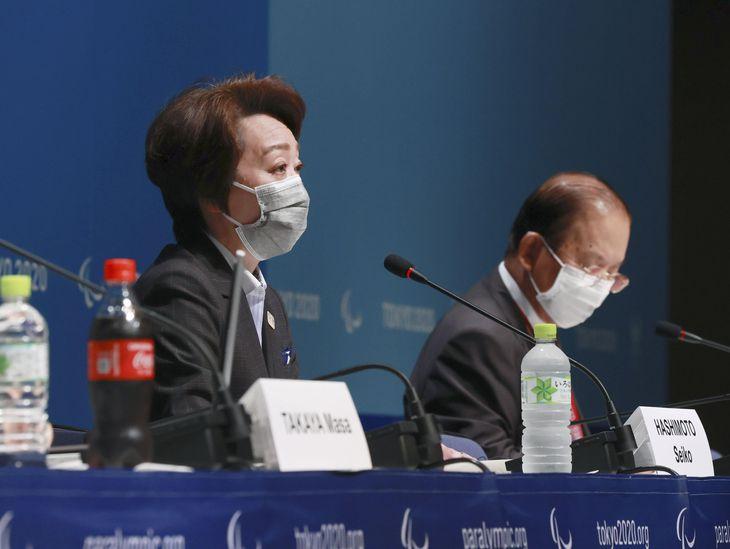 記者会見する東京五輪・パラリンピック組織委の橋本聖子会長。右は武藤敏郎事務総長=6日午前、東京都江東区