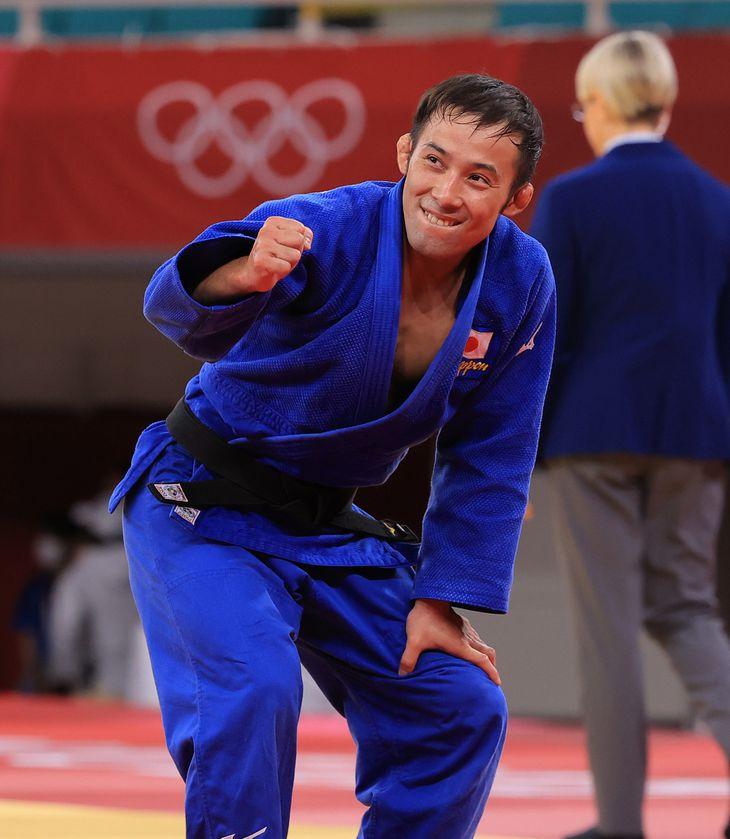 柔道男子60キロ級で金メダルが決まりガッツポーズの高藤直寿=24日、日本武道館(松永渉平撮影)