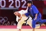 決勝で韓国選手と対戦するウルフ・アロン=29日、日本武道館(納冨康撮影)