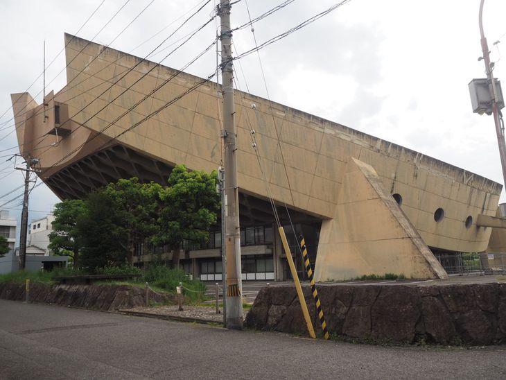 旧香川県立体育館は側面の大きな梁で屋根を吊り、それを大きな4カ所の柱で支える構造だ