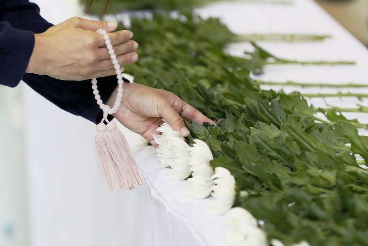 静岡県熱海市の大規模土石流発生から100日目となり、献花台に手向けられる花=10日午前