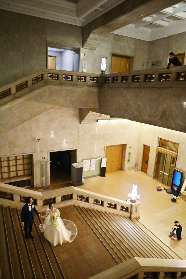 東京国立博物館は挙式ができないカップルに結婚写真の撮影場所として人気がある。開館前と開館後、予約者に本館大階段が貸し出される =東京都台東区(宮崎瑞穂撮影)