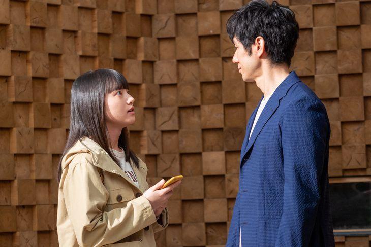 永浦百音(清原果耶)と朝岡覚(西島秀俊) (C)NHK