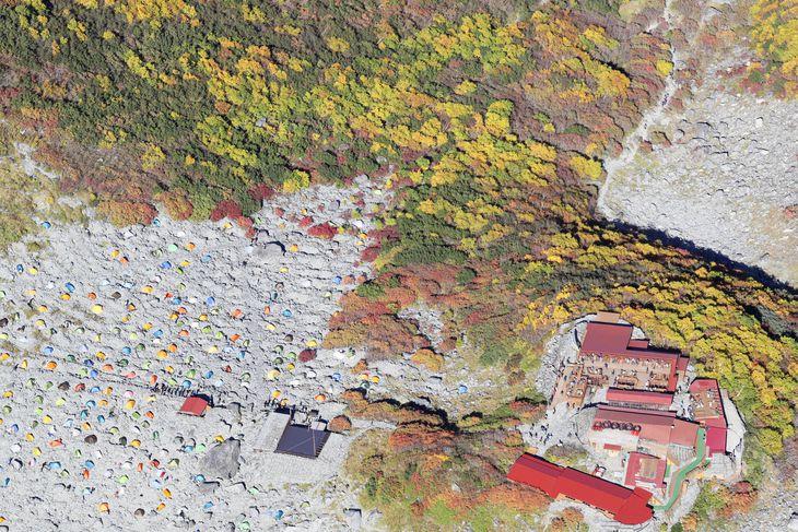 山小屋「涸沢ヒュッテ」(右下)の周辺に張られた色とりどりのテント=3日午後1時58分、長野県松本市