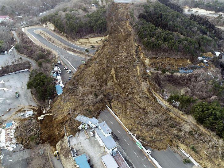コース脇の崖が崩れ、土砂が流れ込んだ福島県二本松市のサーキット場=14日午後5時(小型無人機から)