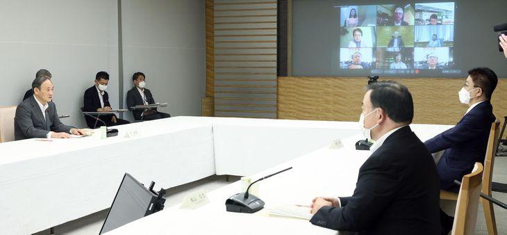 成長戦略会議で発言する菅義偉首相(左)=2日午後、首相官邸(春名中撮影)