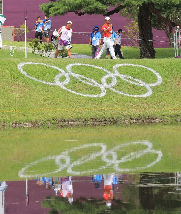 【東京五輪2020 ゴルフ 第1ラウンド】10番ホールを移動する松山英樹=霞ケ関CC(撮影・松永渉平)