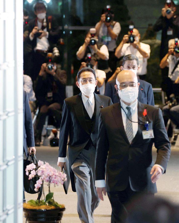 認証式のため皇居へ向かう自民党の岸田文雄総裁=4日午後、首相官邸(川口良介撮影)