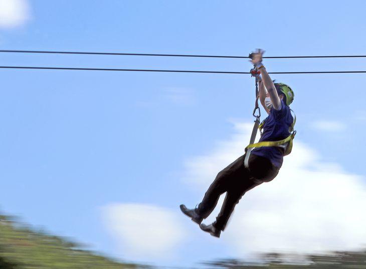 さわやかな秋空を滑空するように楽しめるジップライン=8日、京都市右京区(渡辺恭晃撮影)