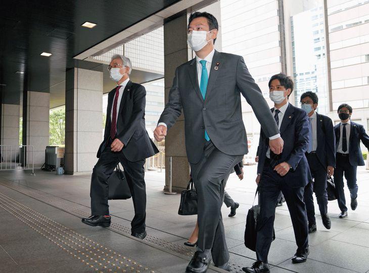 IR汚職事件の判決で、弁護団とともに東京地裁に入る秋元司被告(手前)=7日午前(代表撮影)