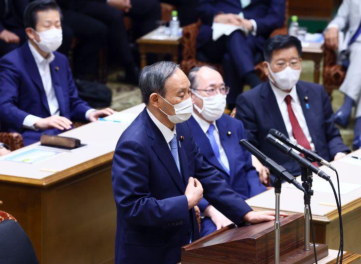党首討論に臨む菅義偉首相=9日午後、参院第1委員会室(春名中撮影)