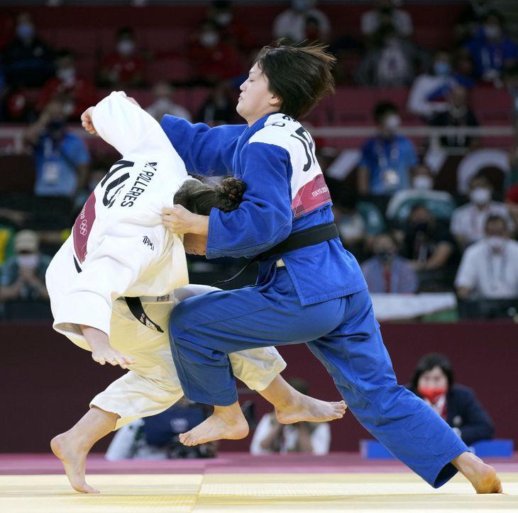 柔道女子70キロ級決勝で、オーストリアのミヒャエラ・ポレレス(左)から技ありを奪う新井千鶴=28日、日本武道館
