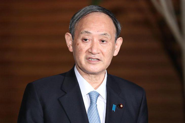 菅義偉首相は記者団に対し新型コロナ対策の時短営業に協力する店舗へ国が支援することを表明した=26日午後、首相官邸(春名中撮影)