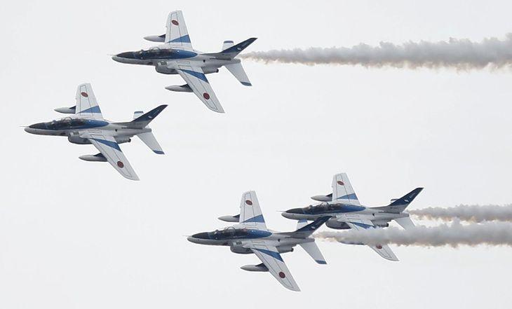 東北絆まつりの開催に合わせ展示飛行を行ったブルーインパルス =5月23日、山形市(萩原悠久人撮影)