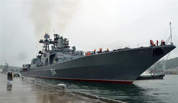 海自北吸岸壁に接岸するロシア海軍のミサイル駆逐艦「アドミラル・トリブツ」=5日、京都府舞鶴市