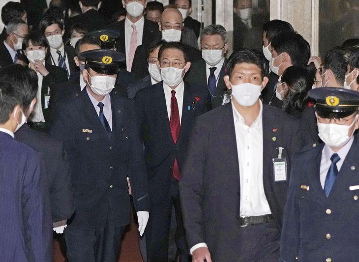 参院本会議での各党代表質問を終え、引き揚げる岸田首相(中央)=13日午後、国会