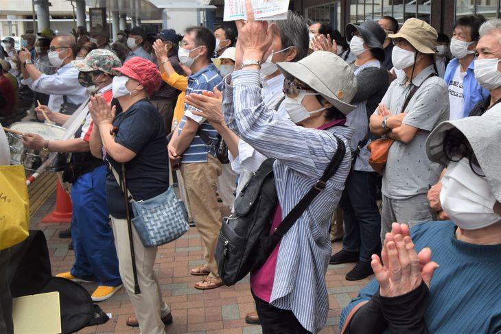 千葉県船橋市長選候補者の演説に手を上げて応える支持者=13日、JR船橋駅南口(江田隆一撮影)