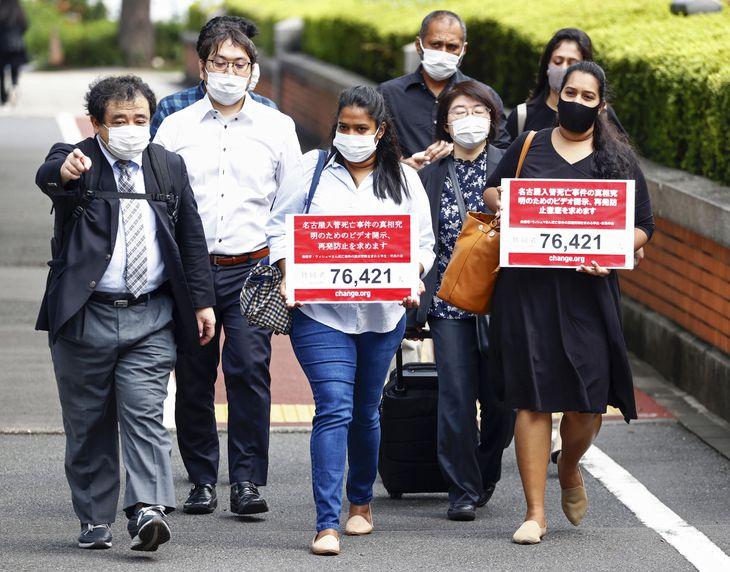 出入国在留管理庁に向かう、亡くなったウィシュマ・サンダマリさん妹のワヨミさん(手前中央)とポールニマさん(同右)=10日午前、東京都千代田区