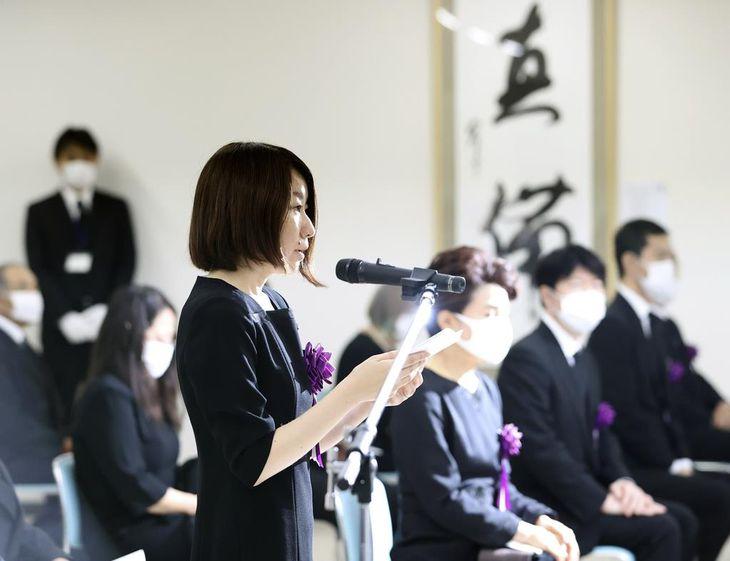 岡山県倉敷市真備町地区で行われた追悼式で、遺族代表の言葉を述べる須増藍加さん=6日午前10時36分(代表撮影)