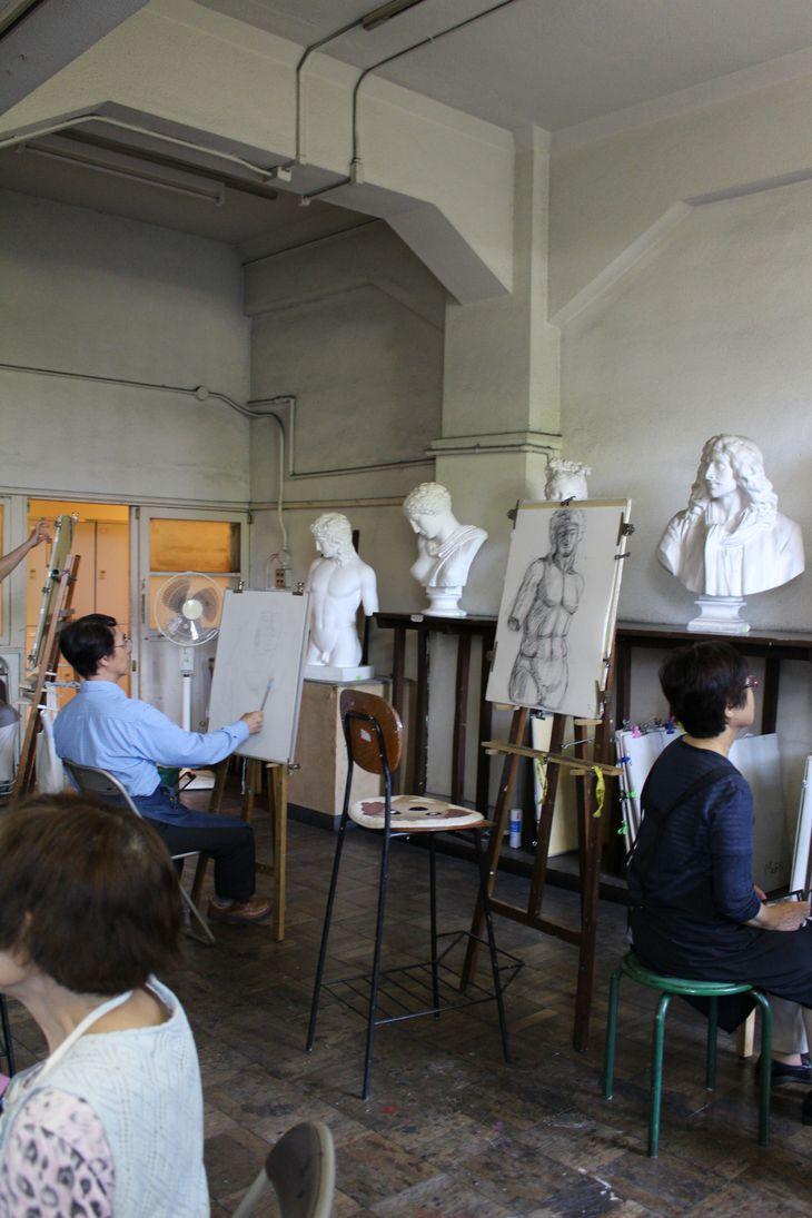 地下の美術研究所で石膏をデッサンする研究生(大阪市立美術館提供)