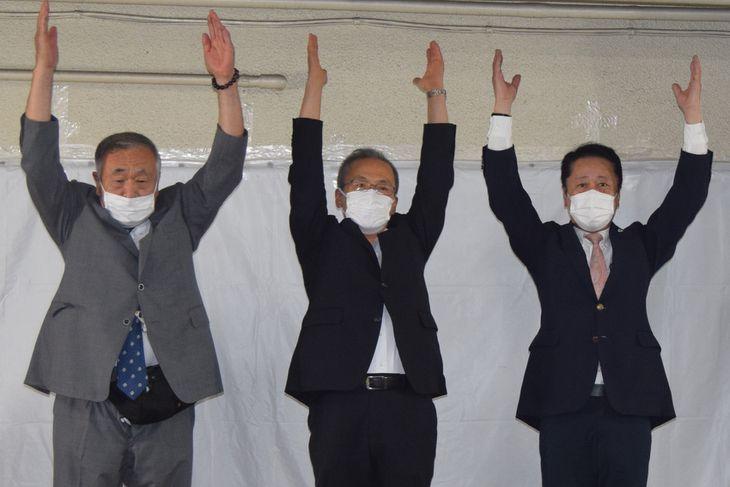船橋市長選で3選を果たし、万歳三唱する松戸徹氏(中央)=20日夜、千葉県船橋市(江田隆一撮影)