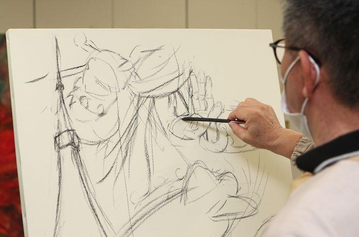 20号キャンバスに作品を描く記者=大阪市北区のサクラアートサロン大阪(寺口純平撮影)