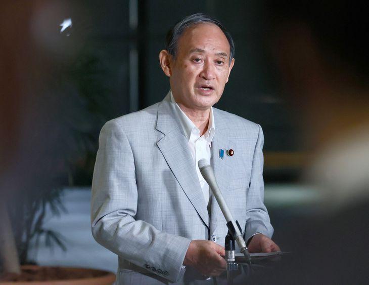 自宅療養について記者団の質問に答える菅首相 =4日、官邸