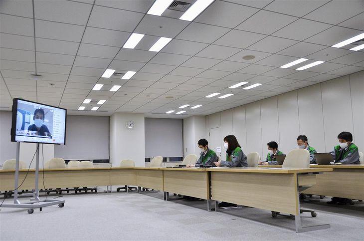 新型コロナウイルスの病床確保について医療機関と意見交換する東京都の担当者=28日午後、東京都庁