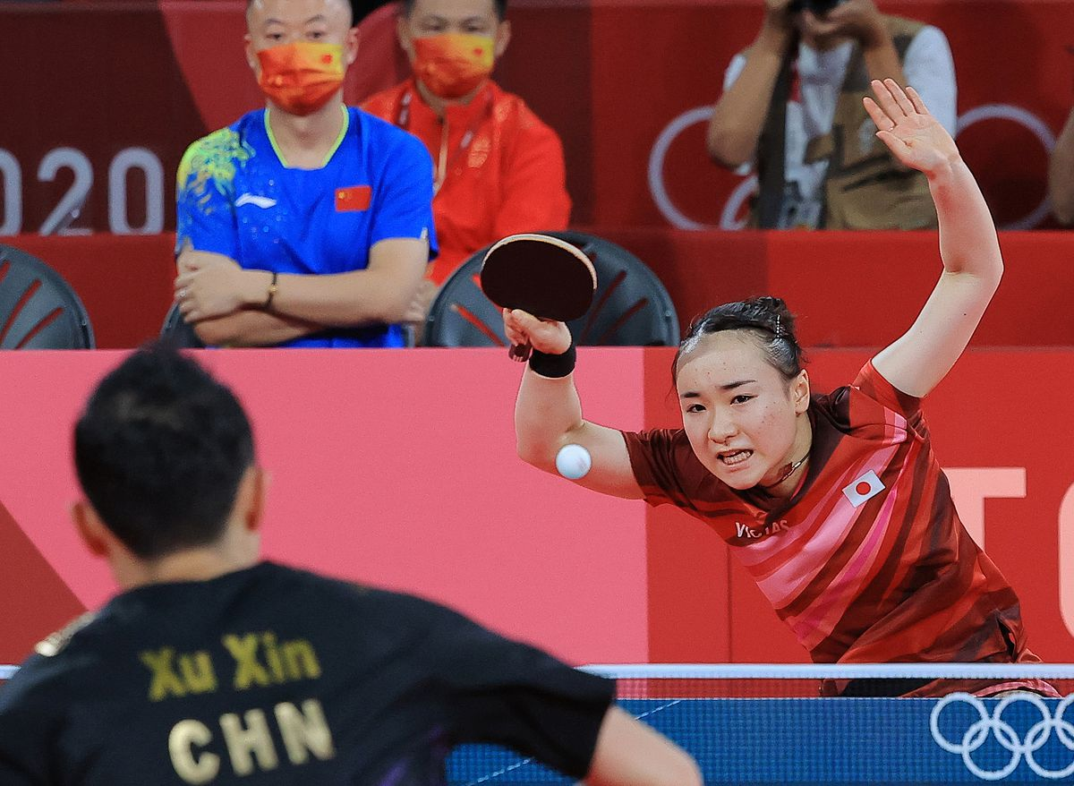 腕を組んで試合を見守る、中国代表の馬琳コーチ(青いシャツ姿の男性)
