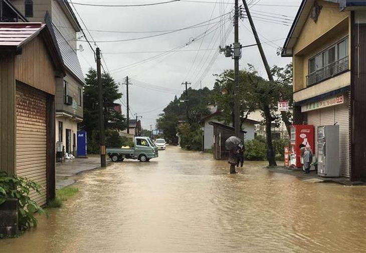 大雨で冠水した山形県戸沢村の住宅街=8月31日