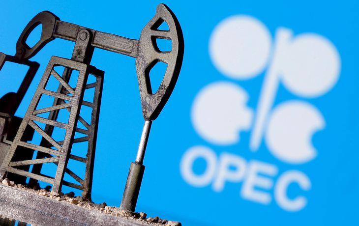 石油ポンプとOPECのロゴ(ロイター=共同)