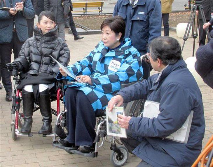 車いすに乗り日比谷公園を視察する小池百合子知事=1日、千代田区(大泉晋之助撮影)