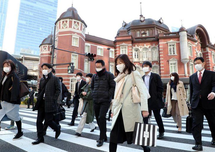 マスク姿で通勤する人々=6日午前、東京都千代田区(松井英幸撮影)