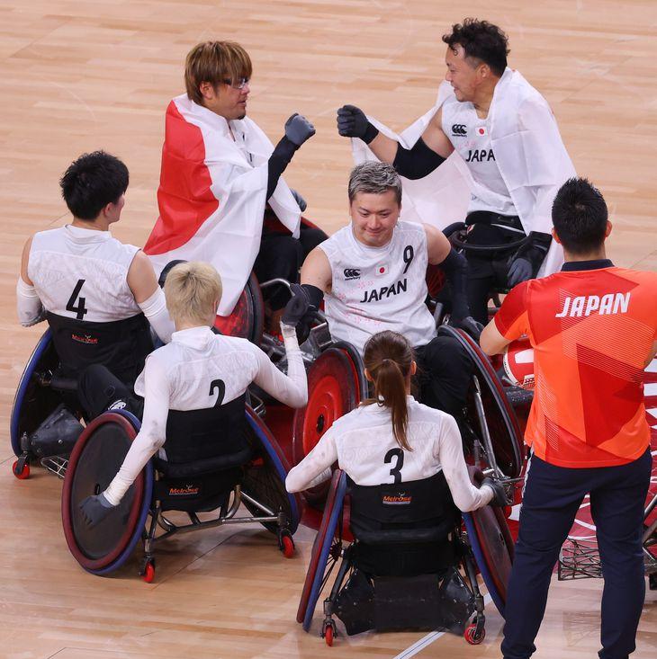 車いすラグビーで銅メダルを獲得し喜ぶ日本チーム=8月29日、国立代々木競技場