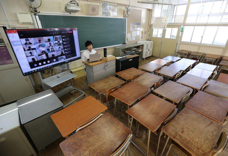 小学校で行われたオンライン授業=4月、大阪市西区(寺口純平撮影)