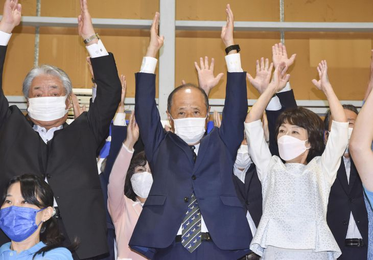 岡山市長選で3選を決め、万歳する大森雅夫氏(中央)=3日夜、岡山市