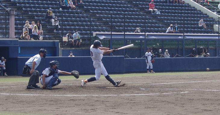 【利根商―渋川】利根商は三回、左前適時打などで2得点を挙げた=23日、上毛新聞敷島球場