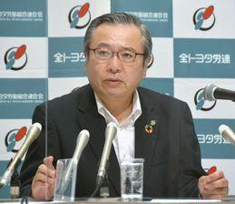 定期大会に先立ち記者会見する全トヨタ労連の鶴岡光行会長=17日午前、名古屋市