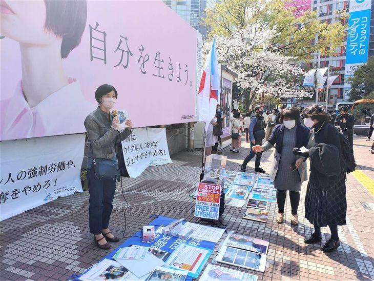 日本ウイグル協会がJR渋谷駅前で行った街頭活動。一般女性もマイクを握った=26日午後、東京都渋谷区(奥原慎平撮影)